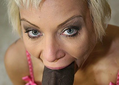 Busty mature pornstar Isabella Rosa inserting a big black cock from Blacks on Cougars